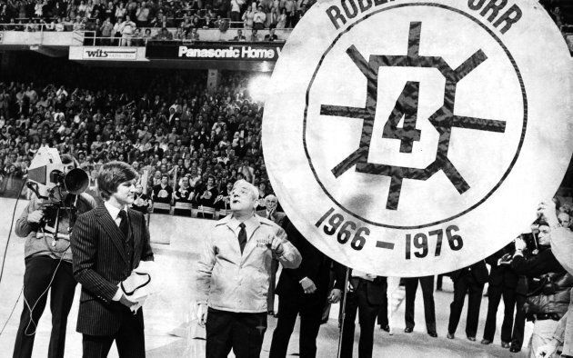 Bobby Orr, ancien joueur des Bruins de Boston, observe le retrait de son numéro au Boston Garden le 9...