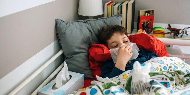 Sur vos mains, vos télécommandes ou vos poignées de porte, le virus de la grippe est partout. Un scientifique...