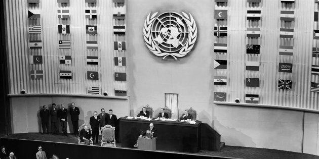 Le président du Conseil Vincent Auriol prononce le discours d'ouverture de la troisième assemblée des...
