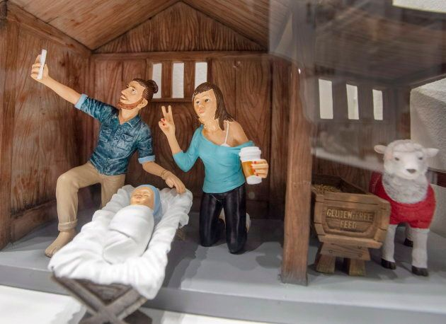 «Man bun», «duck face», bretelle de soutien-gorge et café Starbucks... est-ce que Joseph et Marie auraient...