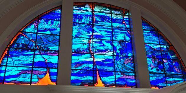 Vitrail à l'intérieur de l'église commémorative à Grand-Pré, lieu historique national de Grand-Pré (Nouvelle-Écosse). À noter que les fouilles archéologiques n'ont toujours pas découvert le site de la véritable Église de Grand-Pré qui fut détruite au cours de la Déportation.