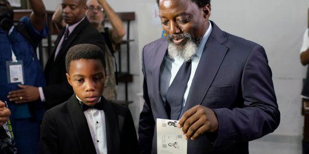 Le président congolais Joseph Kabila, dépose son vote, le dimanche 30 décembre 2018 à Kinshasa, au Congo. Quarante millions d'électeurs sont inscrits à une course à la présidence marquée par des années de retard et des rumeurs persistantes de manque de préparation.