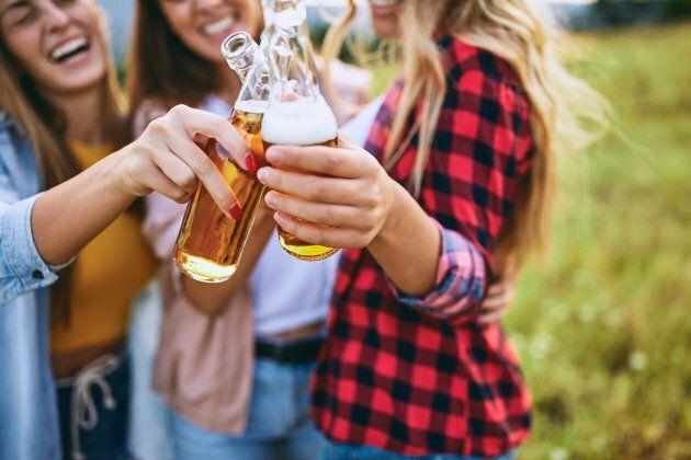 Vous êtes plus susceptible d'avoir le hoquet si vous buvez d'une bouteille plutôt que d'un