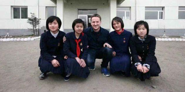 Michael Spavor (centre) lors d'un voyage en Corée du Nord en