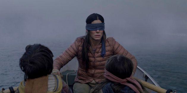 Des gens se promènent les yeux bandés pour le «Bird Box»