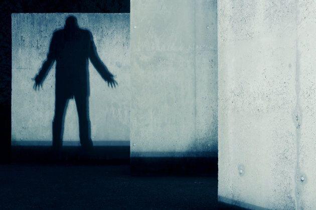 La paralysie du sommeil est fréquemment associée à la présence d'hallucinations hypnagogiques terrifiantes.
