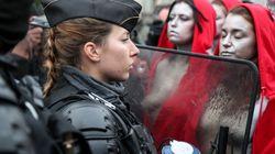 Des «Marianne» seins nus face aux policiers sur les
