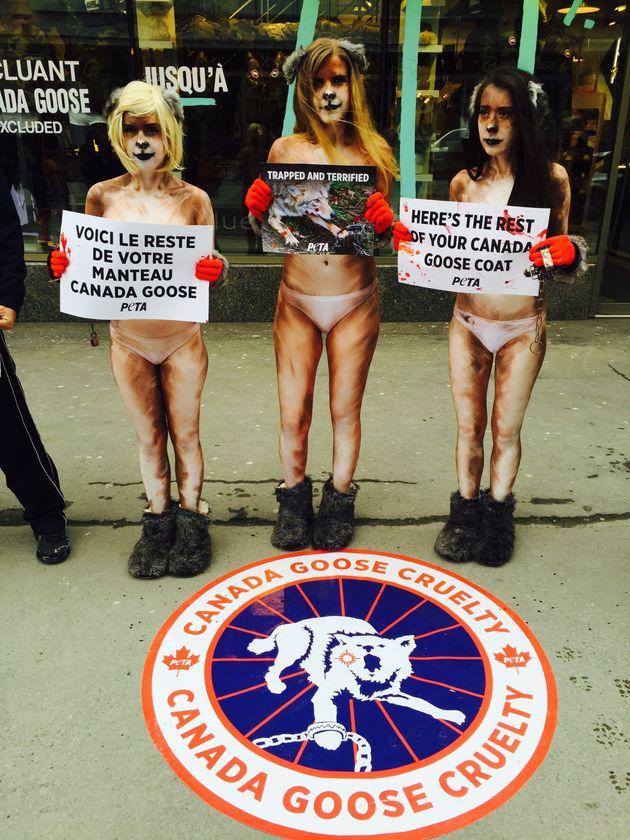 Des activistes du groupe PETA manifestent contre Canada Goose à Montréal