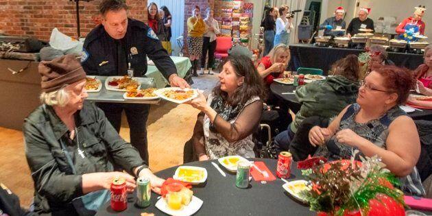 L'agent Giuseppe Boccardi sert le dîner de Noël Chez
