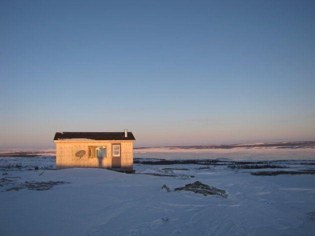 Le territoire appartenant à tous les Inuits, ceux-ci installent leur cabine où bon leur semble, à travers...