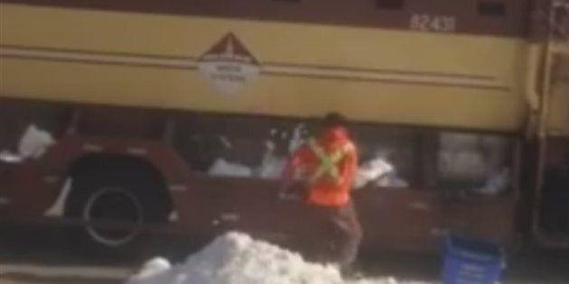 Un éboueur aurait rempli son camion d'ordures de neige pour être payé plus