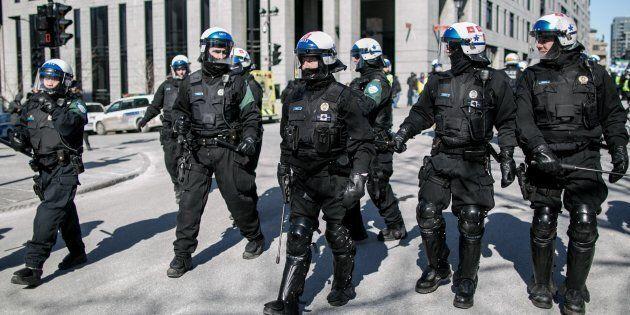 La police de Montréal monte la garde devant l'hôtel de ville durant une