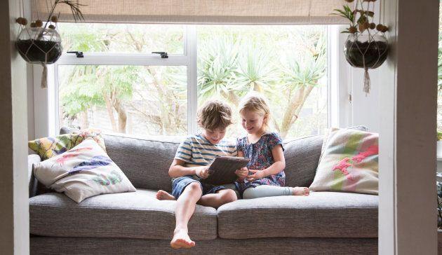 Contrairement aux livres papiers, les écrans des tablettes et ordinateurs sont associés optiquement à...