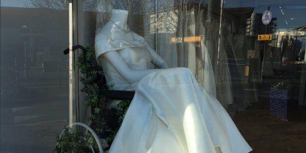 Cette robe de mariée présentée dans un fauteuil a ému nombre