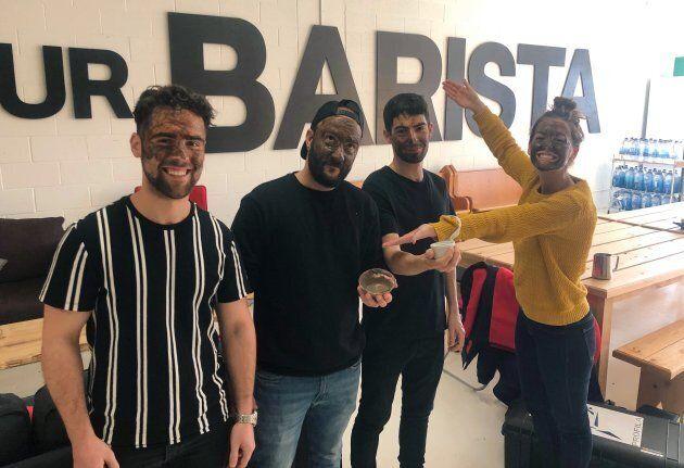 Le masque de café a été testé et approuvé par l'équipe du café