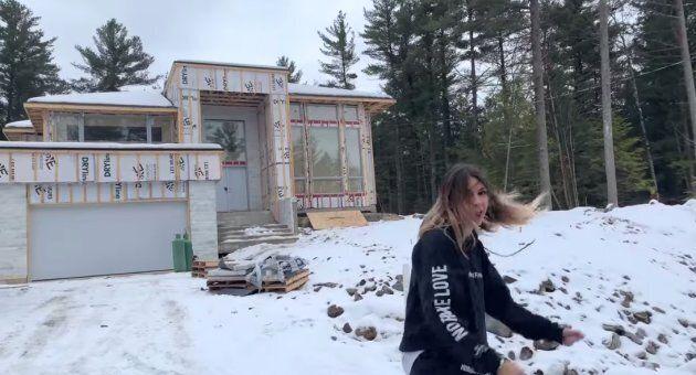 Elisabeth Rioux fait visiter sa giga maison dans le