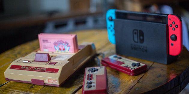 La première console de Nintendo, la Famicom distribuée au Japon, et la plus récente Switch, lancée en 2017.