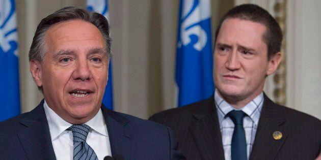 François Legault (centre) aux côtés de son nouveau ministre de l'Environnement Benoit Charette