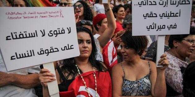 Une femme brandit une pancarte indiquant «Pas de fatwa, pas de référendum sur les droits des femmes»...