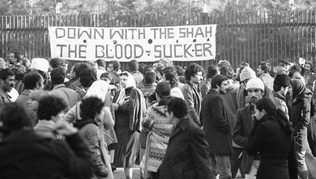 Une bannière dénonçant Shah Mohammad Reza Pahlavi est placée à l'entrée de l'université de Téhéran, en Iran.