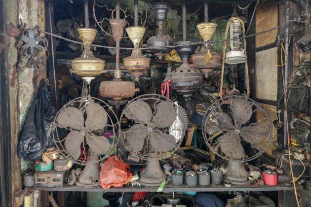 Les objets forment souvent des piles désorganisées disposées de manière aléatoire.