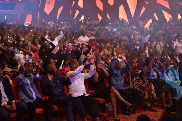 Une foule enthousiaste à l'un des concerts du groupe musical du style de danse zouglou, Magic System.