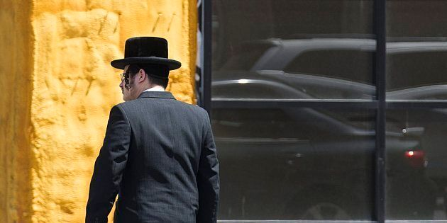Un membre de la communauté hassidique devant une synagogue du Mile-End, à