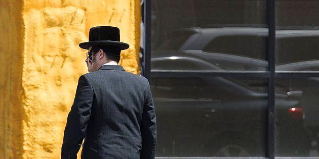 Un membre de la communauté hassidique devant une synagogue du Mile-End, à Montréal.