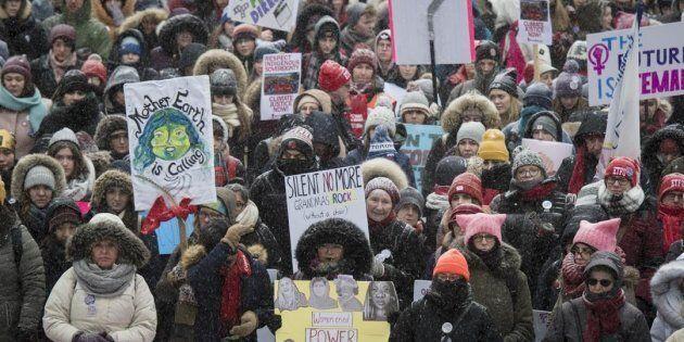Des femmes se sont rassemblées au Nathan Phillips Square pour le début de la marche