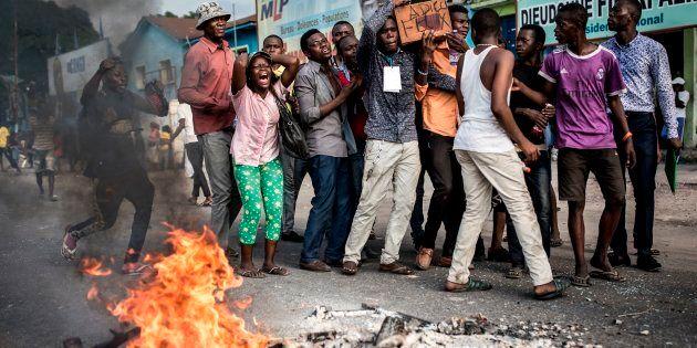 Les partisans de Martin Fayulu, finaliste aux élections en République démocratique du Congo (RDC), brandissent un cercueil portant la note «Adieu Félix» alors qu'ils protestent dans la rue le 21 janvier 2019 à Kinshasa, contre la confirmation de Felix Tshisekedi en tant que président de la RDC.