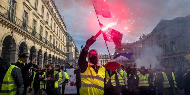 Un gilet jaune pendant une manifestation à Paris, en février