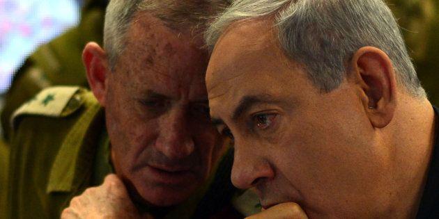 Le premier ministre israélien Benjamin Netanyahou (à droite) s'entretient avec le chef d'état-major des...