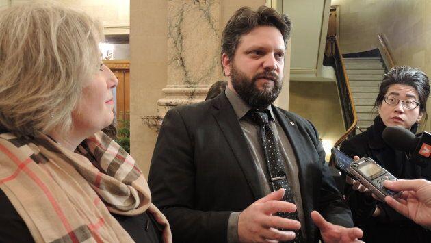 Selon Eric Alan Caldwell, la nouvelle entente de 10 ans entre la Ville de Montréal et BIXI permettra aux autres villes de l'agglomération de participer plus facilement au service. À gauche, la présidente de BIXI Montréal, Marie Elaine Farley. (Crédit: Olivier Robichaud)