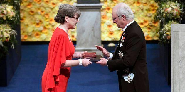 La lauréate Donna Strickland reçoit le prix du roi Carl Gustaf de Suède lors de la cérémonie de remise...