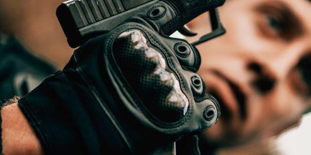 Exemple de gants d'assault, renforcés aux jointures, dans ce cas-ci portés par un membre du SWAT («Special Weapons And Tactics»), aux États-Unis.