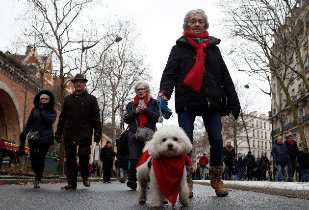 Des centaines de personnes portant un foulard rouge ont défilé à Paris pour protester contre les violences déclenchées au cours des deux mois de manifestations antigouvernementales organisées par le mouvement des gilets jaunes.