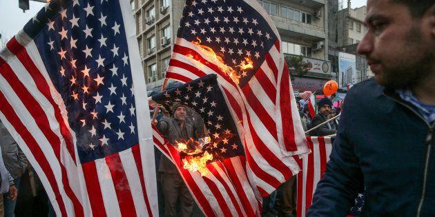 Les Iraniens brûlent les drapeaux américains lors d'une cérémonie marquant le 40e anniversaire de la...