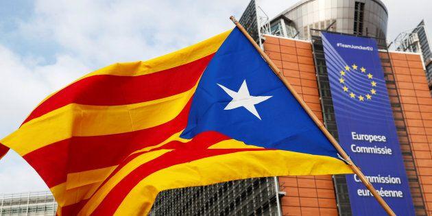 Un drapeau séparatiste catalan lors d'une manifestation devant le siège de la Commission européenne,...