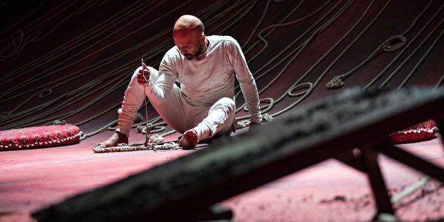 On imagine que sur le plan incliné du décor qui orne toute la scène, la prestation d'Akram Khan est particulièrement