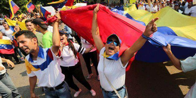 Les manifestants scandent «Maduro dehors» lors d'une manifestation antigouvernementale contre le président...