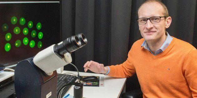 Greg Fitzharris, chercheur au CHUM, a trouvé le moyen de réduire la quantité de défauts sur des embryons...