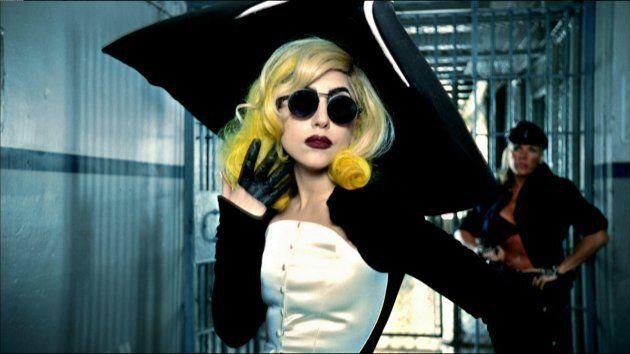 Lady Gaga dans le vidéoclip de la chanson « Telephone » (album The Fame Monster, 2010), réalisé par Jonas...