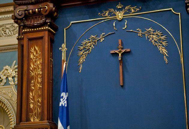 L'État sera officiellement laïc, mais le crucifix à l'Assemblée nationale est là pour rester, semblerait-il.