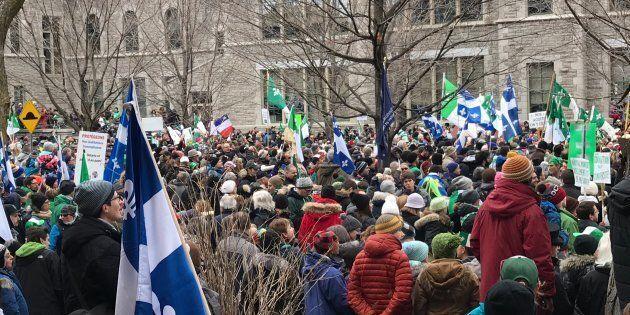 Plusieurs milliers de personnes arborant chacun leur drapeau ou symbole se sont réunies à Ottawa le 1er...