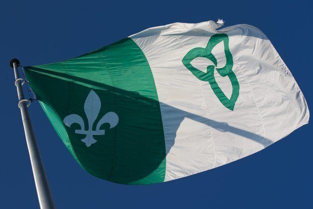 Le drapeau franco-ontarien a flotté à plusieurs endroits au Québec en décembre en signe de solidarité...