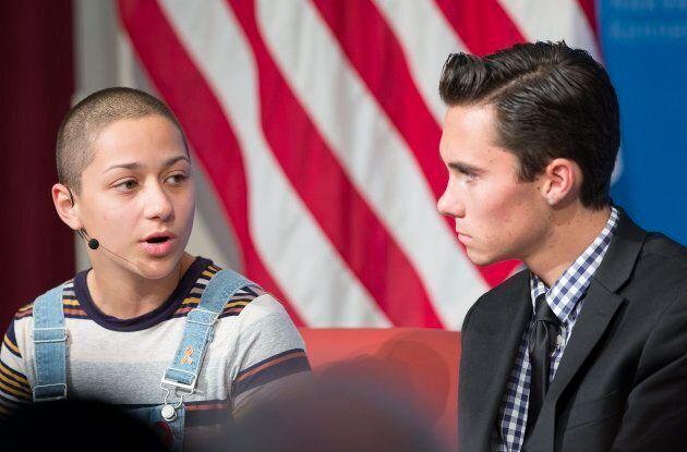 David Hogg aux côtés de son acolyte et ex-collègue de classe Emma Gonzalez. Les deux sont ciblés par des mouvements ultra-conservateurs aux États-Unis en raison de la force de leur mouvement.