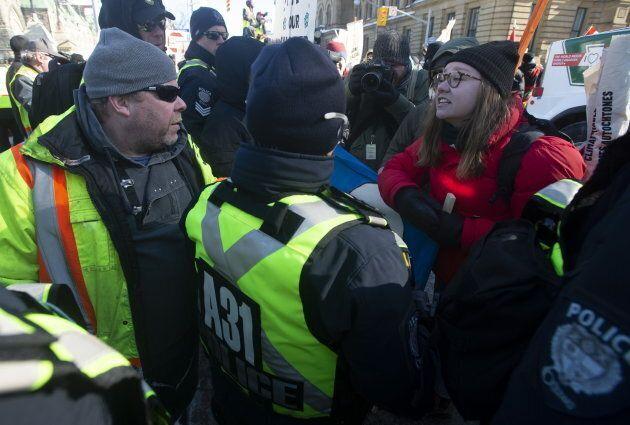 La polarisation dans l'opinion publique est bien réelle au Canada aussi. Ici, deux visions s'affrontent lors de contre-manifestations à Ottawa sur les pipelines, le 19 février 2019.