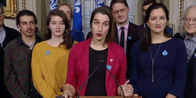 Émilise Lessard-Therrien (centre) et ses collègues de l'opposition ont lancé un message au ministre de