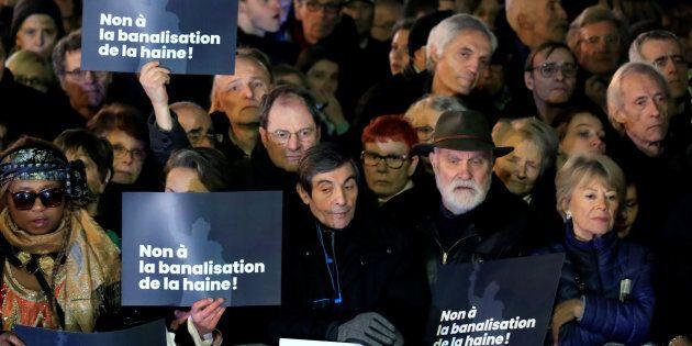 Des gens se sont rassemblés sur la Place de la République à Paris pour dénoncer l'antisémitisme et la hausse d'attaques antisémites, mardi.