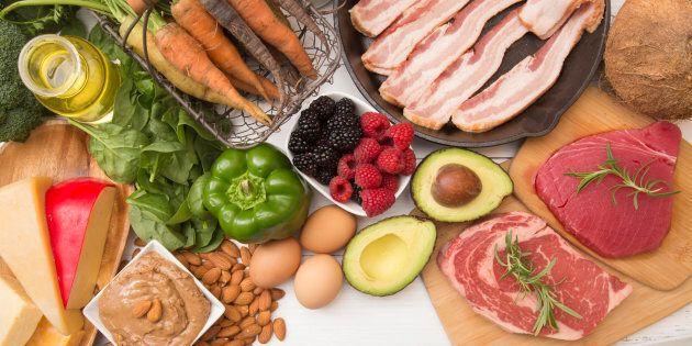 Du fromage, des noix, de l'huile, des avocats, des oeufs, quelques légumes, des petits fruits, et de...